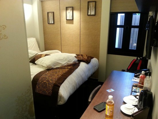 hotel clover 33 Jalan Sultan: expensive tiny room
