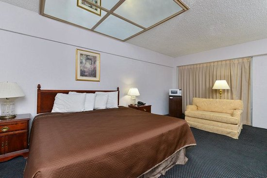 Americas Best Value Inn - Corpus Christi North/Airport : One King Bed Jacuzzi Suite