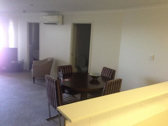 Gladstone City Central Apartment Hotel : Lounge Dining