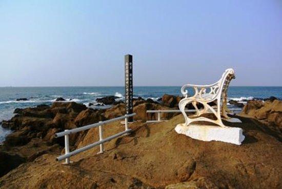 Cape Nojima: 遊歩道にあるベンチ