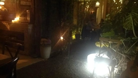 Antigua Contemporanea Cafe: espacios separados, las mesas no son contiguas, cada una tiene su entorno privado,