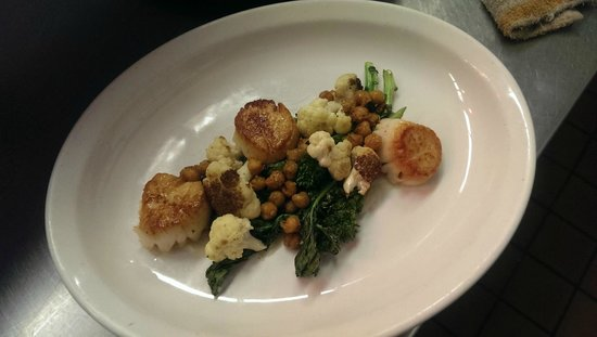 Central House at the Crown: Local Scallops w/ Cauliflower, roasted broccoli rabe & crispy chickpeas