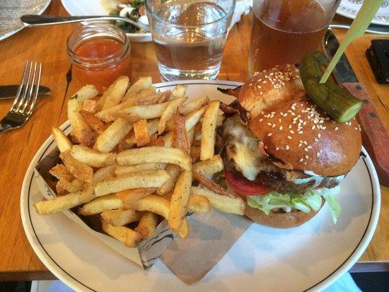 La Luna Bistro : Burger meal