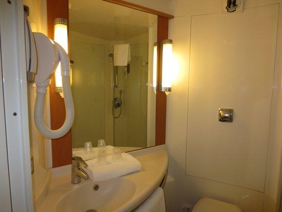 ibis Sarlat : Bathroom w. Shower Only - But A Very Good Shower