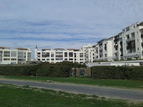 Pierre & Vacances Residence Les Rivages de Rochelongue: view of hotel from the beach