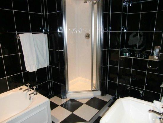 Heathmount Hotel: Roomy, spotless bathroom with Scottish toiletries. Very nice.