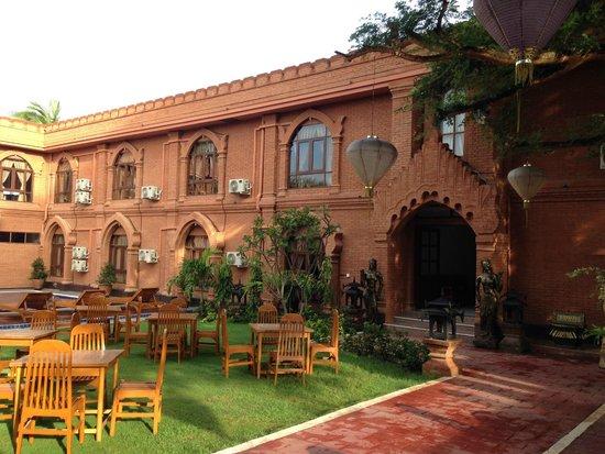 Floral Breeze Hotel: きれいな外観