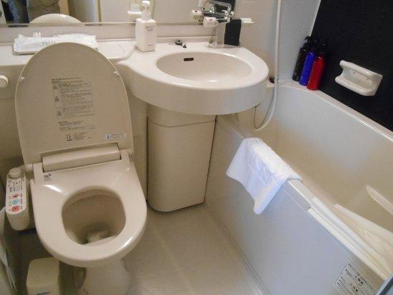 Sotetsu Fresa Inn Hamamatsucho Daimon: Tiny bathroom