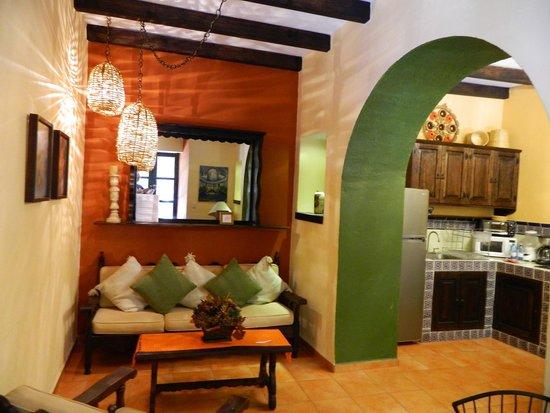 Casa Mia Suites Apartments : coin salon et cuisine