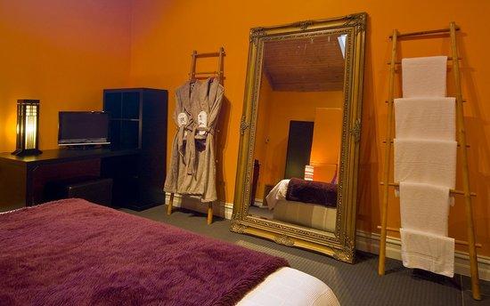 Linden Gardens Rainforest Retreat: Gallery Suite Bedroom