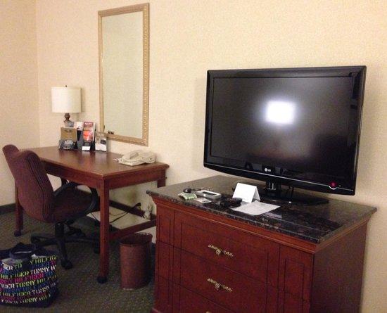 Drury Inn & Suites Dayton North: Desk/TV area in sitting area - King Suite