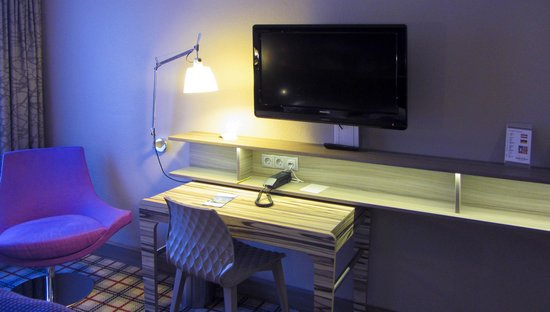 Mercure Salzburg City: TV and plenty of electrical connectors