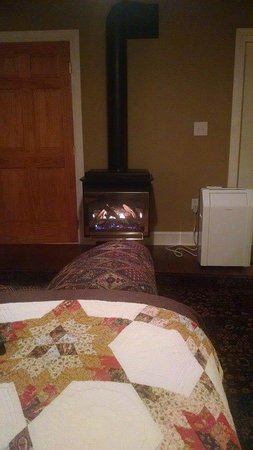Adamstown Inns & Cottages: There was a fireplace in our room, but it was temperature activated and would not stay on long.