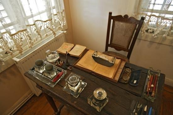 Huseyin Rahmi Gurpinar Museum: Working desk