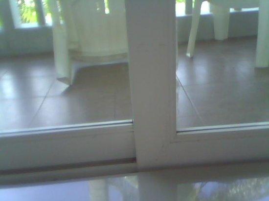 Andaman Lanta Resort : dirty inside doors