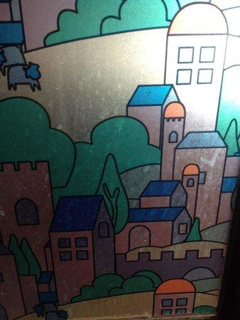 Osaka Village: Traces de projections sales dans la salle de bain.