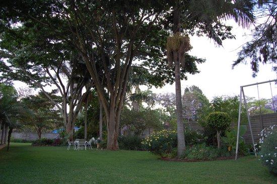 Guinea Fowls Rest B&B : Stunning green lush gardens