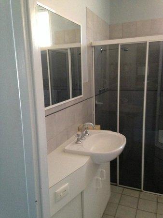 Comfort Inn Anzac Highway: bathroom sink + shower