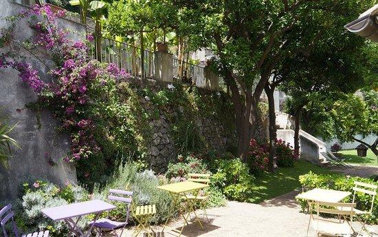 Giardini a terrazza con vista sul mare - Terraced gardens ...