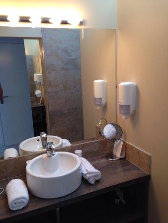 salle de bain chic tendance picture of hotel au bon coin biarritz tripadvisor. Black Bedroom Furniture Sets. Home Design Ideas