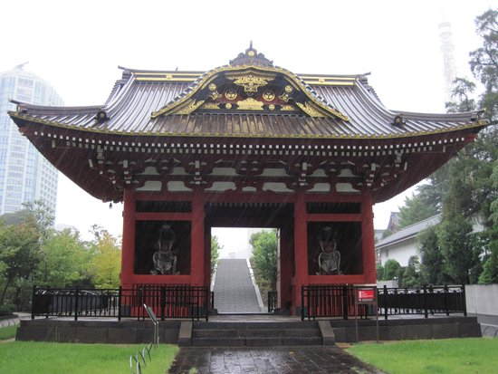 One of the gates at Shiba Park (Note the rain!).