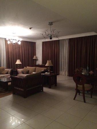 Marina Hotel Apartments: Гостиная комната.