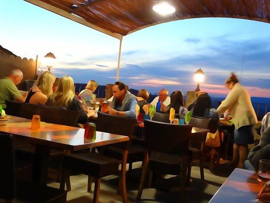 La Flambee : Terrasse avec vue panoramique sur lr Luberon