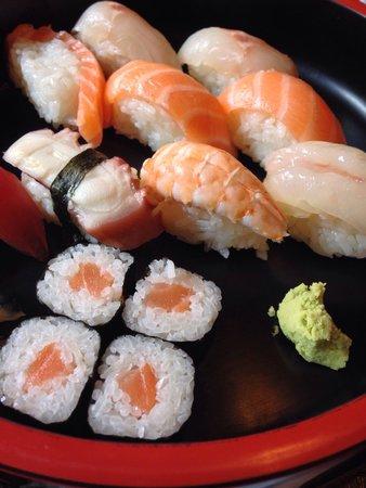 Sakura: Sushi misto buonissimo è bellissima la presentazione del piatto   #menunostop