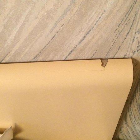 Unic Hotel: Tête de lit cassée et vétuste
