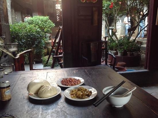 Tulou Fuyulou Changdi Inn: Breakfast in the courtyard