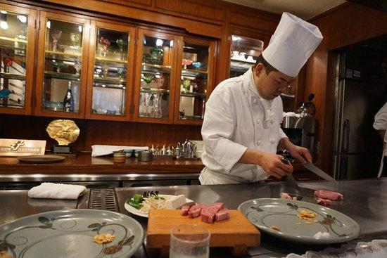 Kobe Beef Steak Aburiniku Kobo Wakkoqu Kitanozaka Main Store: Chef cooking