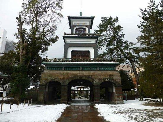 Oyama Shrine : 境内から神門を見る