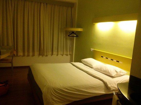 Ibis Budget Jakarta Menteng: Room clean cozy...with wood floor