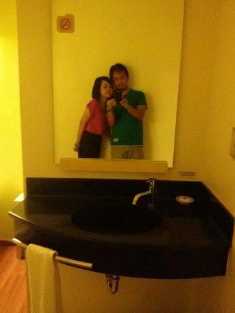 Ibis Budget Jakarta Menteng: Wastafel and mirror looks good