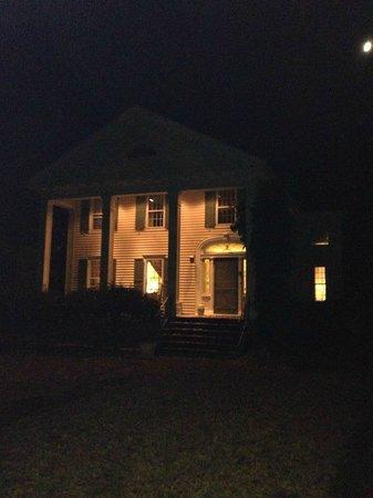 Kilburn Manor : Manor at night