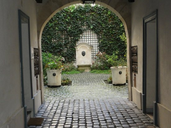 Hotel Saint-Louis en l'Isle: Looking to the courtyard from the entrance