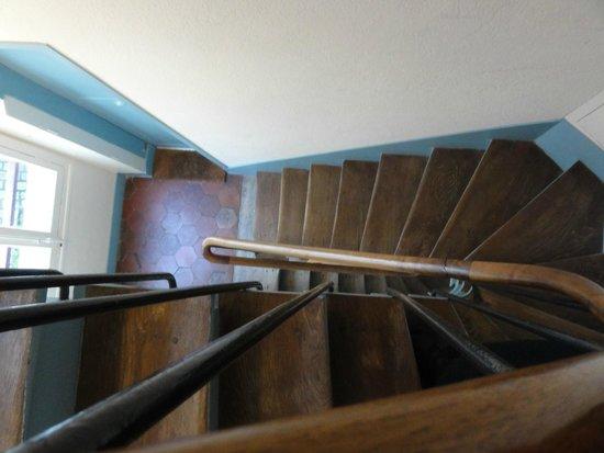 Hotel Saint-Louis en l'Isle: Narrow staircase