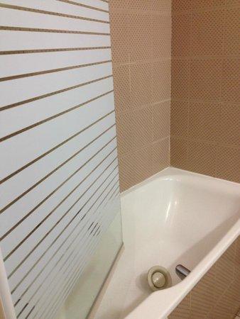 Inter-Hotel Rueil Centre: in die Badewanne gefallene Lüftungsabdeckung