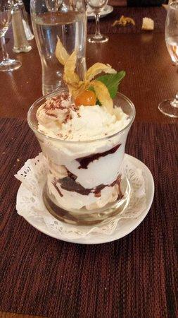 Pleurs, Frankreich: Le vacherin à la vanille avec sa sauce chocolat et ses délicieuses meringues !