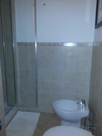 Frank's House: Area de la ducha con abundante agua y bien amplia