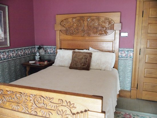 Hasseman House B&B: Beautiful bed in the guest room.