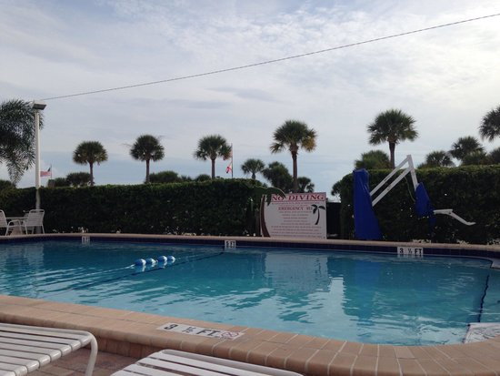 Gulf Winds Resort Condominium: Pool area