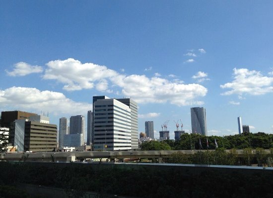 Caretta Shiodome: カレッタ汐留の2階デッキから、浜離宮庭園・築地方面を眺めて…