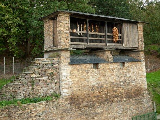 La Casona de Amaido: Junto a la casona hay esta típica construcción asturiana