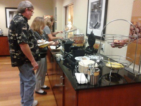 Hampton Inn & Suites Lanett/I-85 : Waffles and more