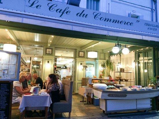 Le Cafe du Commerce : Café du Commerce vu depuis la terrasse sur la place