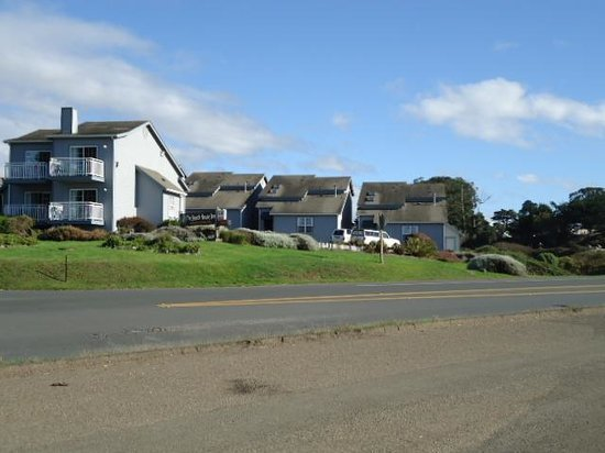 Beach House Inn: the hotel from accross highway