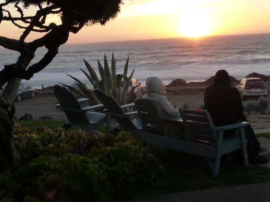 Cambria Shores Inn: Beautiful view of the evening sunset