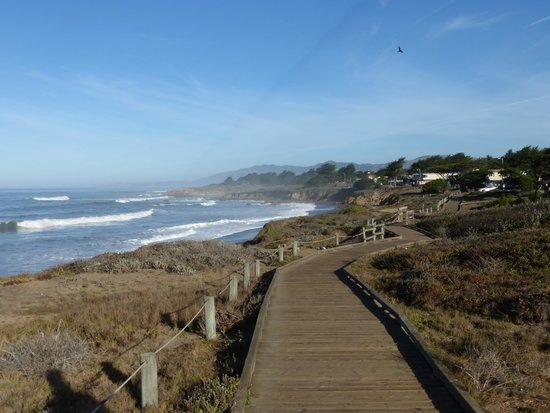 Cambria Shores Inn: The boardwalk right across Moonstone Drive