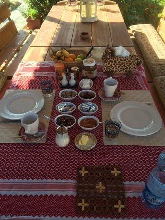 Petra Bed and Breakfast: Breakfast outside